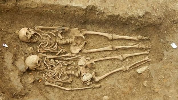 Hallan pareja de esqueletos tomada de la mano durante 700 años (21:36 h)