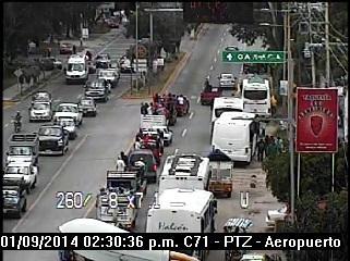 Maestros de la S-22 retiran bloqueo del crucero al aeropuerto de Oaxaca (14:38 h)