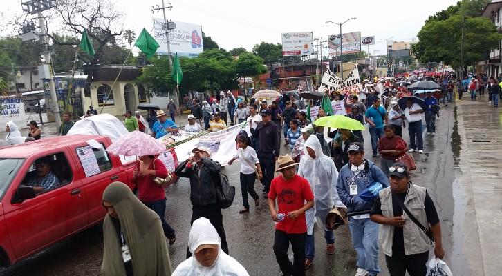Una segunda marcha de maestros y organizaciones sociales se dirigen al centro de Oaxaca (17:07 h)