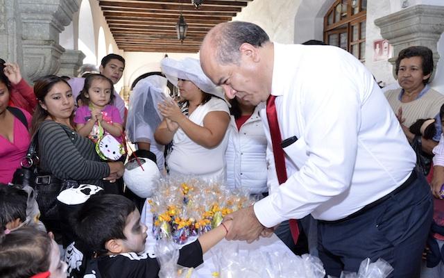 """Comparte Javier Villacaña tradiciones de """"Todos Santos"""" con niñas y niños oaxaqueños (19:11 h)"""