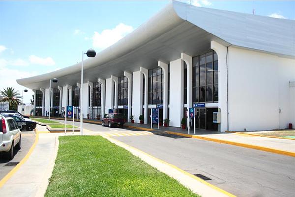 Sección 22 bloquea accesos al Aeropuerto Internacional de Oaxaca (09:04 h)