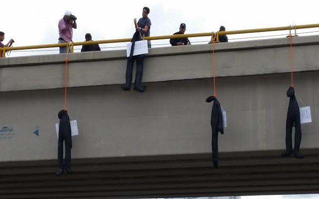 Policías retiran muñecos colgantes en Oaxaca (14:19 h)