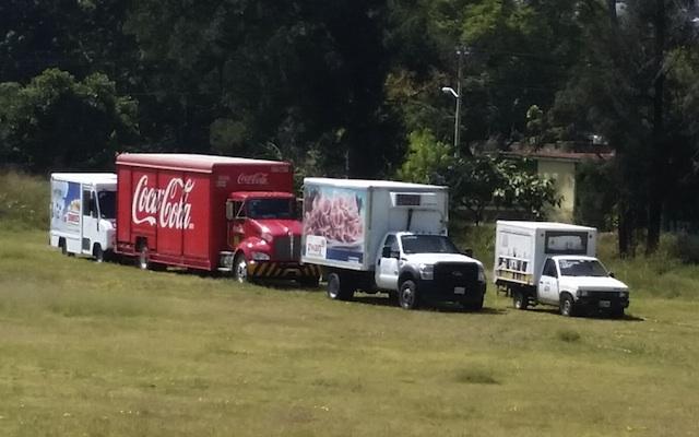 Normalistas saquean camiones repartidores y obsequian productos en el Hospital Civil (12:22 h)