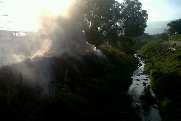 Indigente provoca incendio en río Salado (08:50 h)