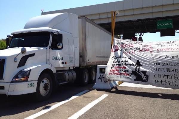 Normalistas toman caseta de Huitzo y piden cooperación (15:30 h)