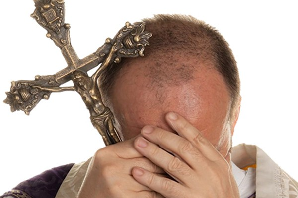 Suspenden a sacerdote por 'selfies' porno; confiesa amorío virtual (20:00 h)
