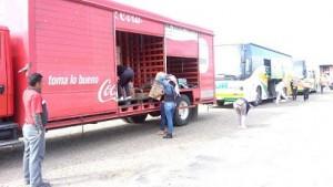 Manifestantes en caseta de Huitzo saquean camiones repartidores de cerveza y refrescos (14:57 h)