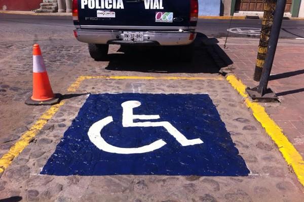 En Oaxaca no se respetan los espacios para personas con discapacidad (13:32 h)