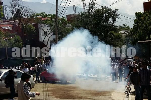 Lanza CTM cohetones a Francisco Toledo y manifestantes en clausura de Centro de Convenciones (12:00 h)