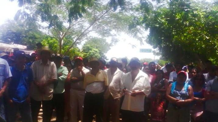 Cierran pobladores de San Pedro Huamelula carretera en la Costa (19:55 h)