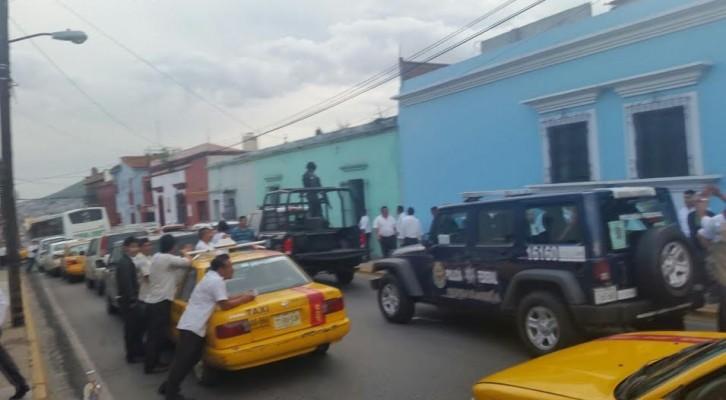 Altercado entre taxistas y gendarmes; ruleteros obligan a federales a liberar a su compañero(20:07 h)