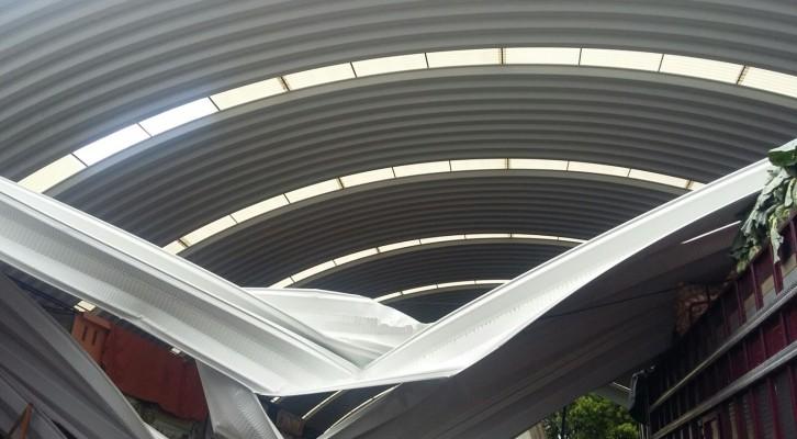 Atención oportuna de Protección Civil Municipalante caída de láminas en el Mercado de Abastos (20:50 h)