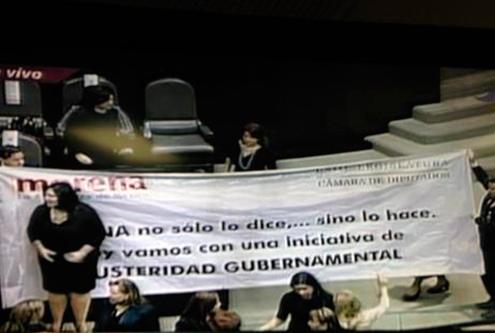 PRD se va y Morena despliega manta; primera protesta en nueva Legislatura (20:00 h)