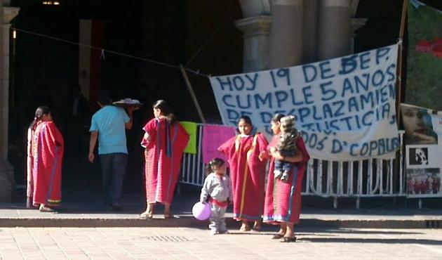 Advierten triquis que vivirán de manera permanente en Palacio de Gobierno (10:13 h)