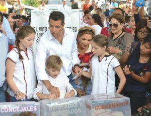 murat con su familia votando